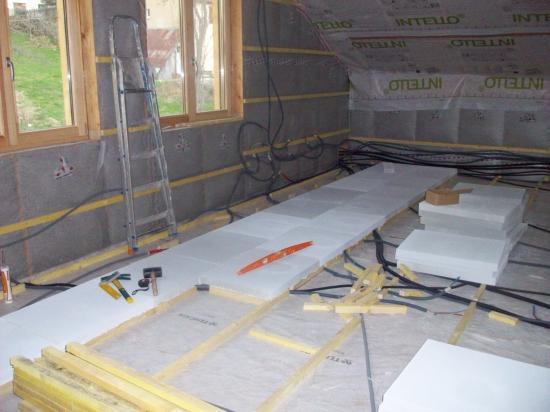 Début de l'isolation du plancher de l'étage